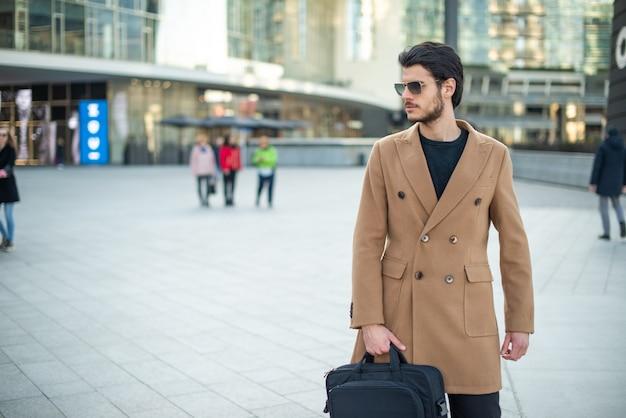 Homem andando andando em uma cidade moderna