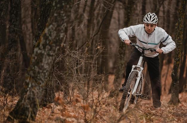 Homem andando de bicicleta de montanha com espaço de cópia