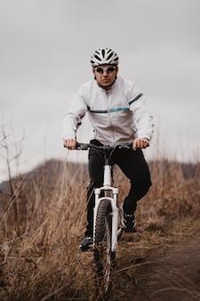 Homem andando de bicicleta de montanha