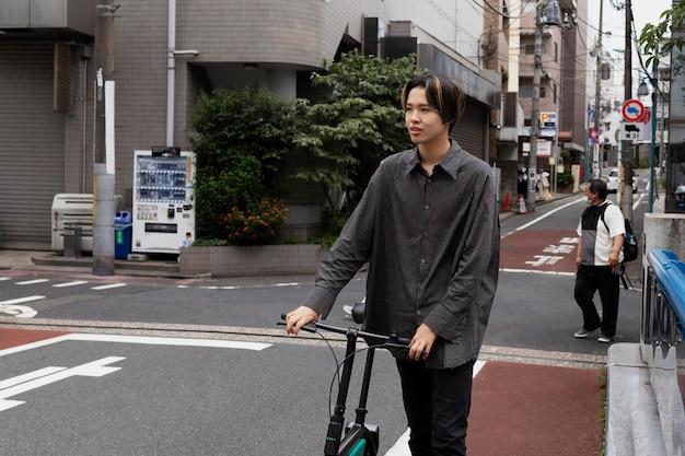 Homem andando de bicicleta na cidade Foto gratuita