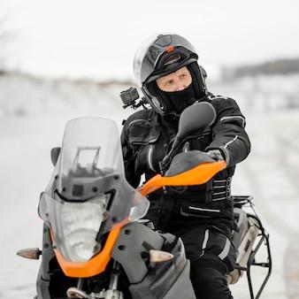 Homem andando de moto em dia de inverno