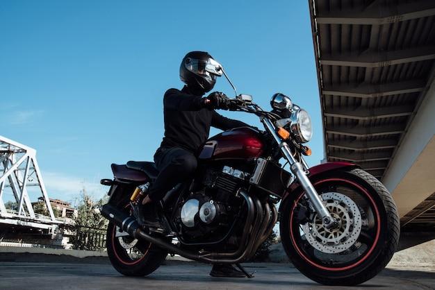 Homem andando de moto na cidade