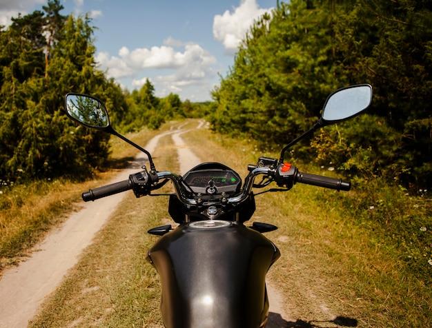 Homem andando de moto na estrada