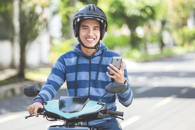 Homem andando de moto ou moto