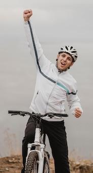 Homem andando de mountain bike com equipamento especial