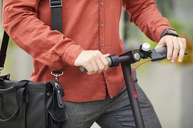Homem andando de scooter elétrico closeup