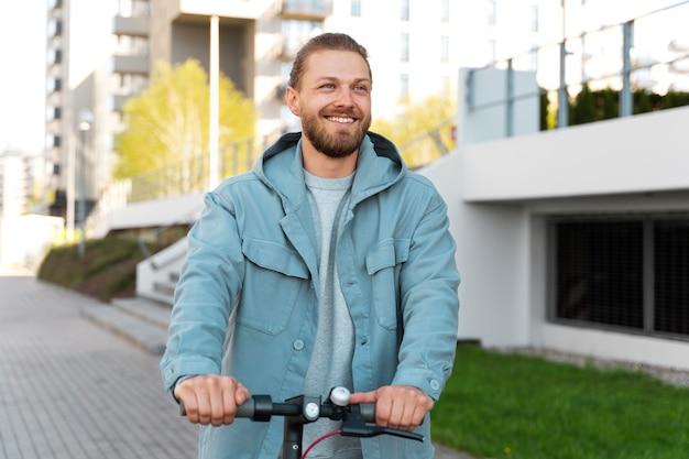 Homem andando de scooter lá fora