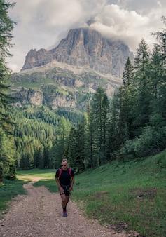 Homem andando na trilha de terra