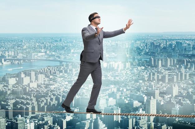 Homem, andar, em, apertado, corda, blindfold