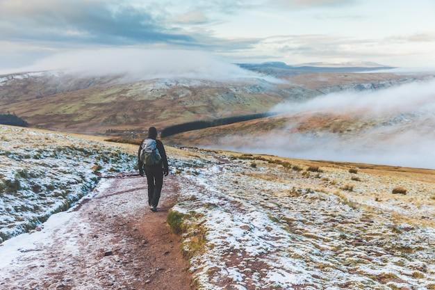 Homem, andar, ligado, nevado, colinas, em, inverno