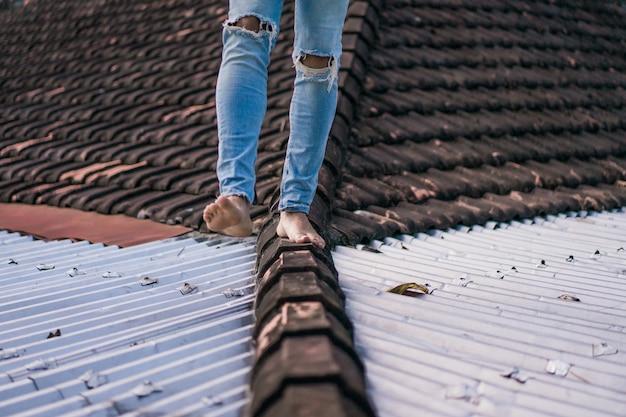 Homem, andar, telhado