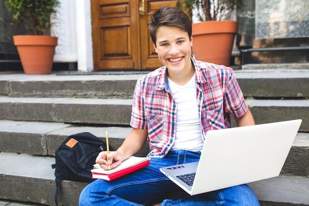 Homem animado posando enquanto estudava