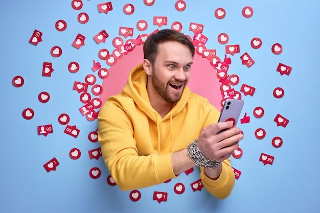 Homem animado usando telefone celular, obcecado com a internet.