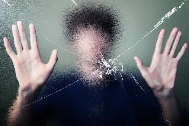 Homem anônimo com efeito de vidro rachado