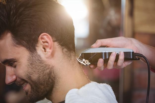 Homem, aparando o cabelo