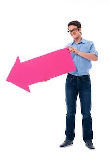 Homem aparecendo no espaço da cópia com seta rosa