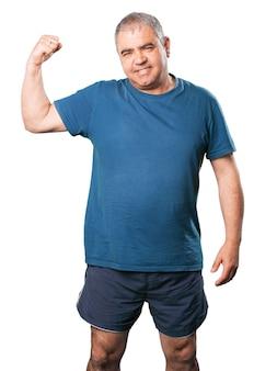 Homem apertar os músculos de um braço