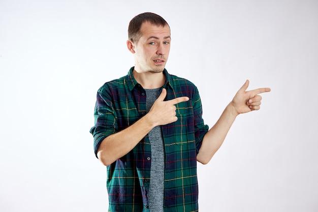 Homem aponta os dedos para a esquerda, faz gestos com as mãos e sorri, publicidade isolada