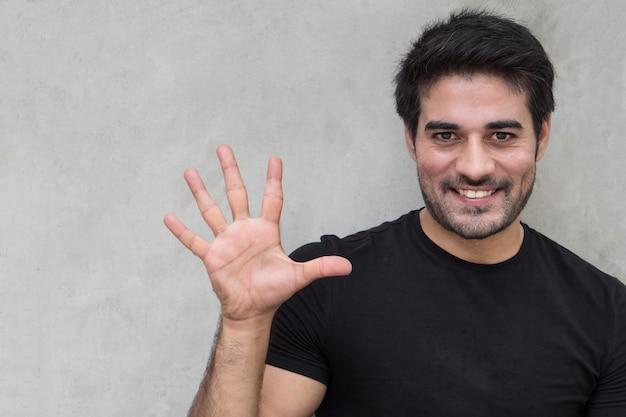 Homem apontando cinco dedos, contando, numerando, levantando o ponto