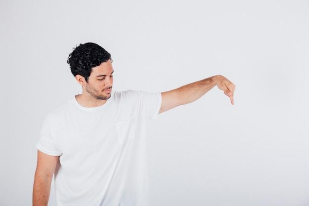 Homem apontando com os dedos