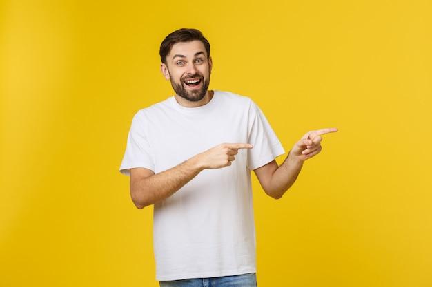 Homem apontando mostrando cópia espaço isolado em fundo amarelo