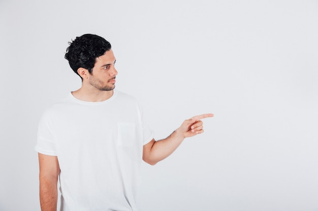 Homem apontando o dedo para a esquerda