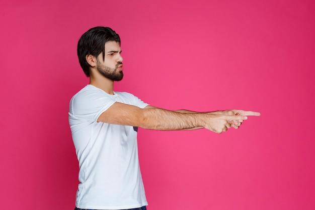 Homem apontando para algo ou apresentando alguém.