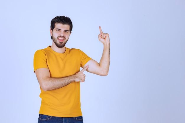 Homem apontando para cima e demonstrando algo.