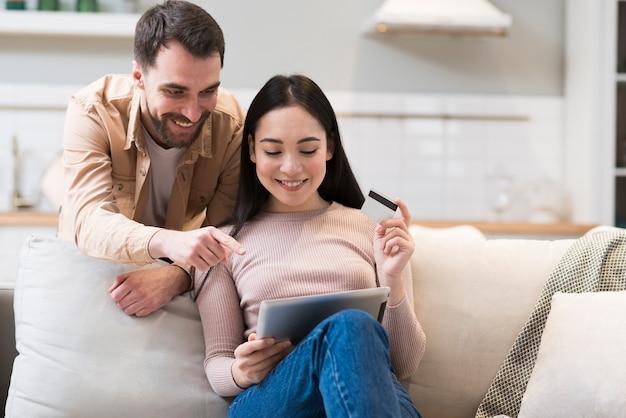 Homem apontando para mulher o que comprar on-line