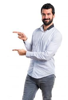 Homem apontando para o lateral