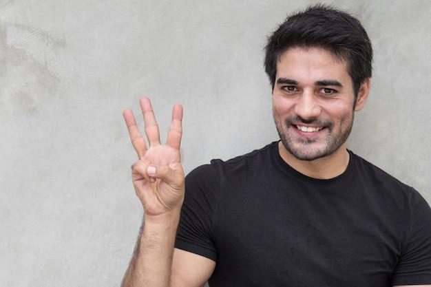 Homem apontando três dedos, contando, numerando, levantando o ponto