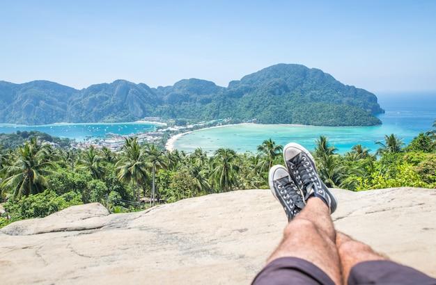 Homem apreciando a vista no ponto de vista da ilha de phi phi