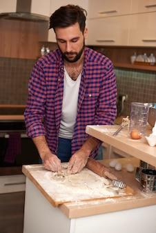 Homem aprendendo a fazer bolo