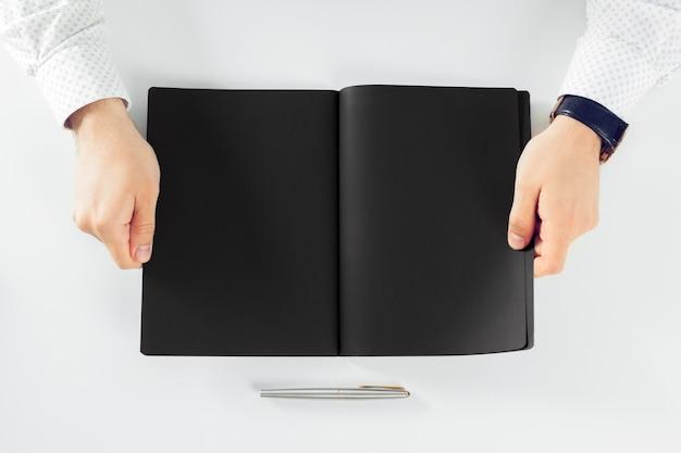 Homem aprendendo e escrevendo no caderno