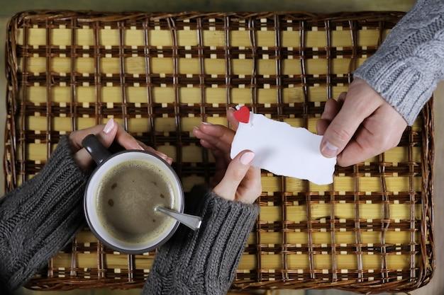 Homem apresenta uma garota que bebe café como presente no dia dos namorados