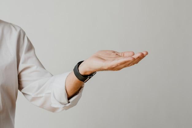 Homem apresentando coisa na palma da mão