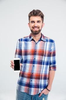 Homem apresentando smartphone com tela em branco