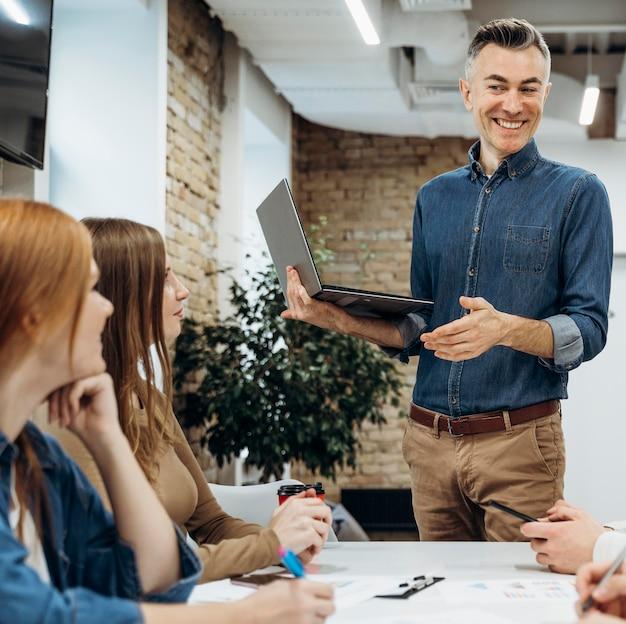 Homem apresentando um projeto em uma reunião