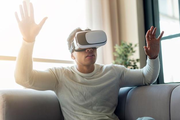 Homem, aproveitando a experiência de realidade virtual