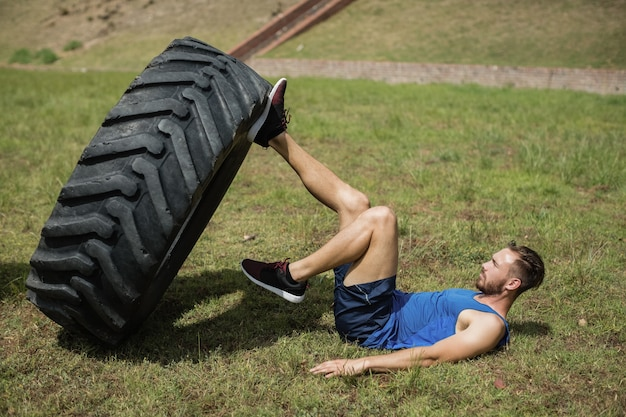 Homem apto a realizar treino de perna com nível durante a pista de obstáculos no campo de treino