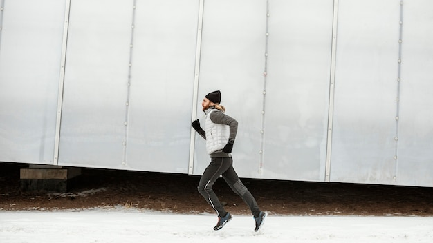 Homem apto correndo sozinho ao ar livre em cena completa