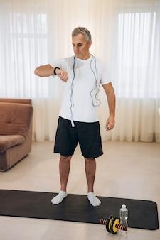 Homem apto monitora sua frequência cardíaca com um relógio inteligente
