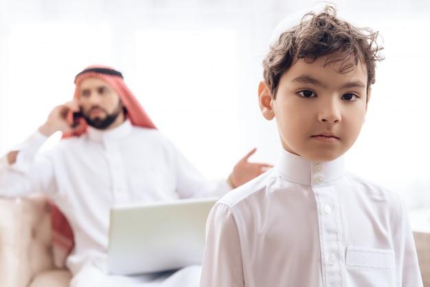 Homem árabe borrado que fala no telefone.