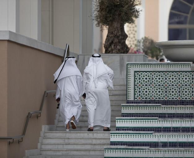 Homem árabe caminhando no palácio
