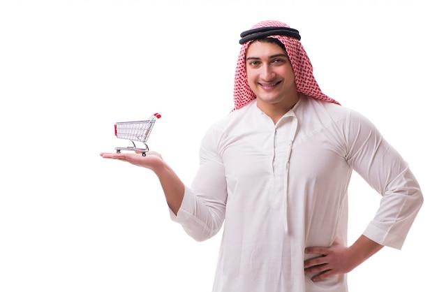 Homem árabe com carrinho isolado no branco