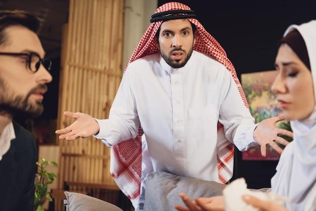Homem árabe confuso na recepção do psicoterapeuta.