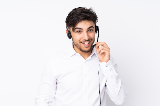 Homem árabe de telemarketing trabalhando com um fone de ouvido isolado no branco