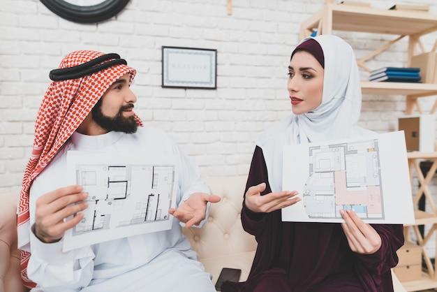 Homem árabe e lady escolhendo design de apartamento.
