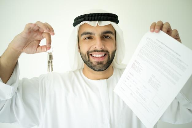 Homem árabe fazendo negócios bem sucedidos
