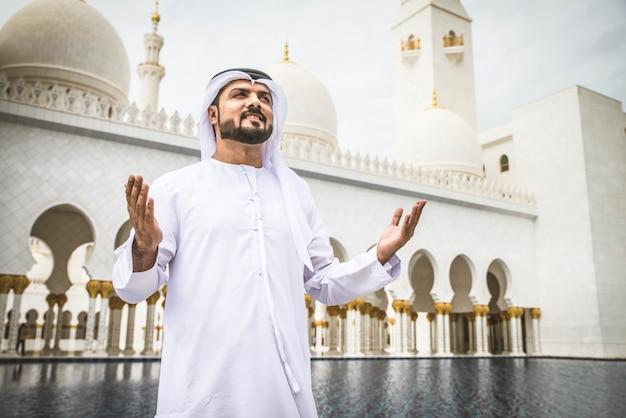 Homem árabe na mesquita sheikh zayed
